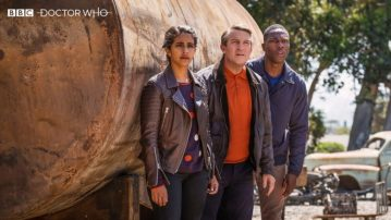 Mandip-Gill-Bradley-Walsh-and-Tosin-Cole-in-Doctor-Who-2005-780x439