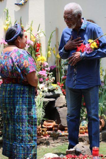 La-activista-política-Rigoberta-Menchú-con-Morgan-Freeman-en-Guatemala-The-Story-of-Us-en-National-Geographic-780x1170